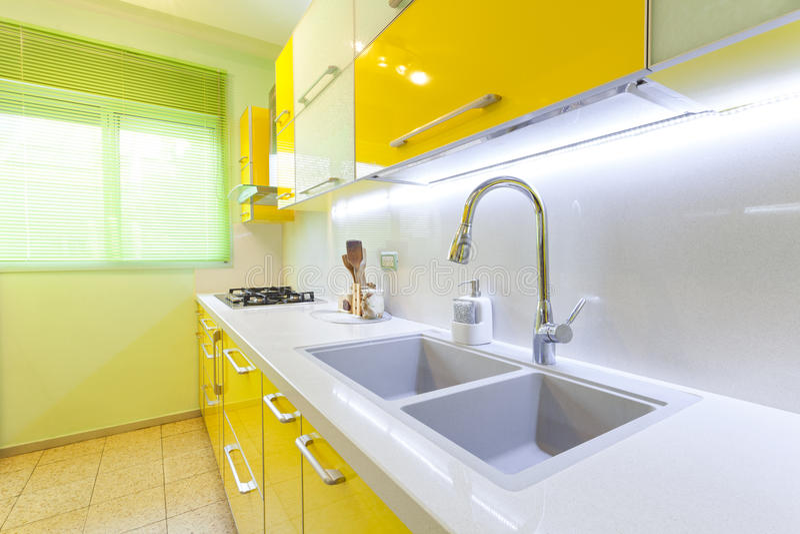 Neue Küche in einem modernen Haus lizenzfreies stockfoto