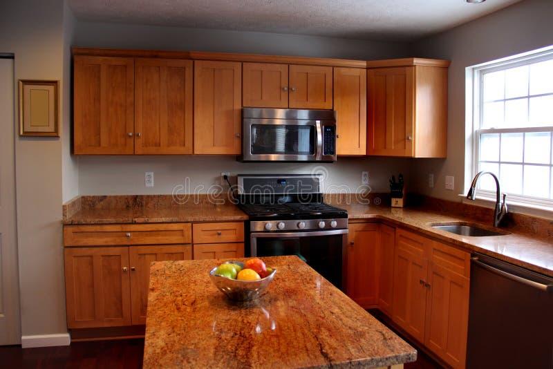 Neue Küche mit Insel lizenzfreie stockbilder