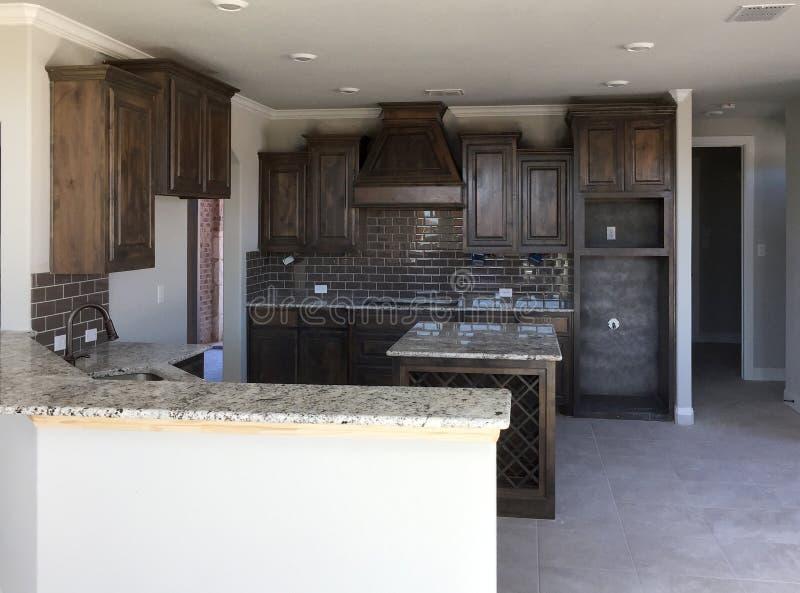 Neue Küche mit Inselzähler im Bau lizenzfreies stockfoto