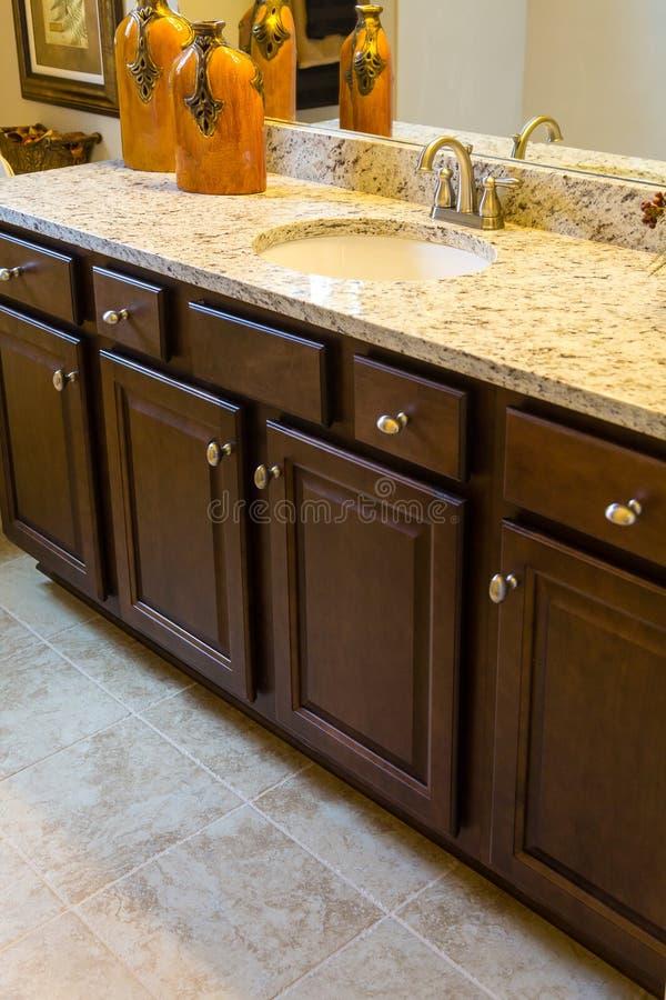 Neue Kabinette im modernen Badezimmer lizenzfreie stockfotos