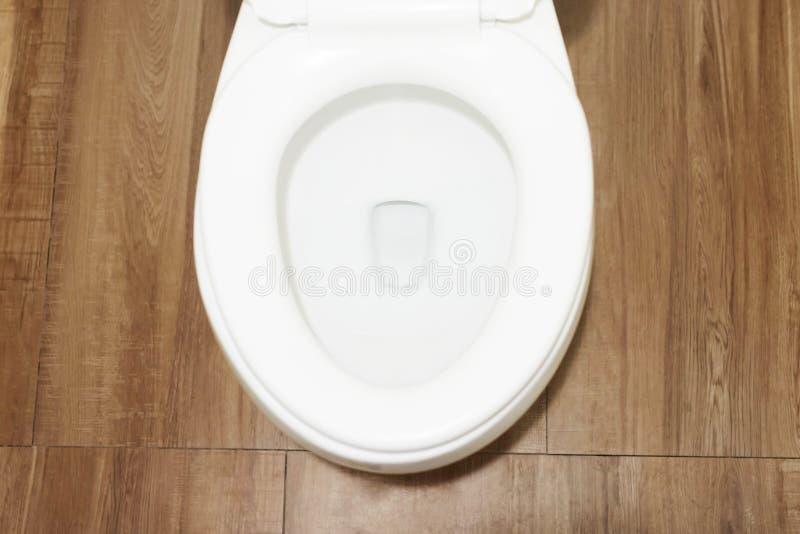 Neue keramische weiße Schüsseltoilette im Badezimmer zuhause Innen, Draufsicht stockfotografie