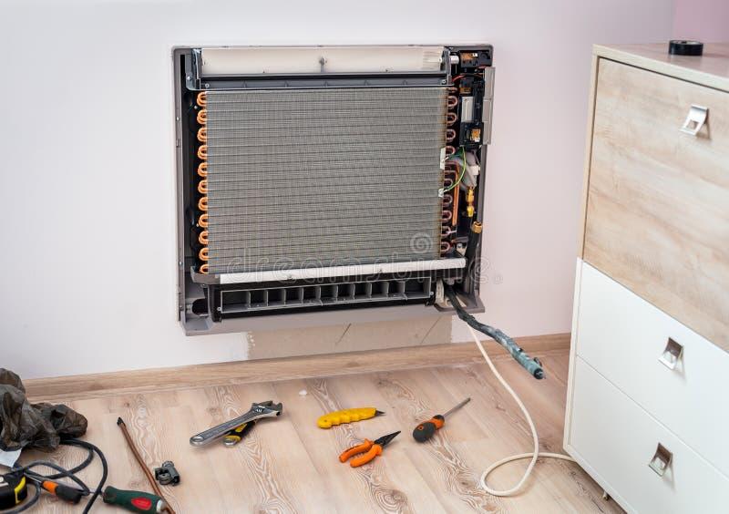 Neue Klimaanlage der Installation lizenzfreie stockbilder
