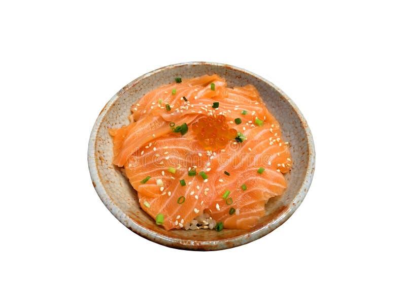 Neue Lachssashimischeibe mit Lachsei auf Reis innerhalb der keramischen Schüssel lokalisiert auf weißem Hintergrund stockbilder