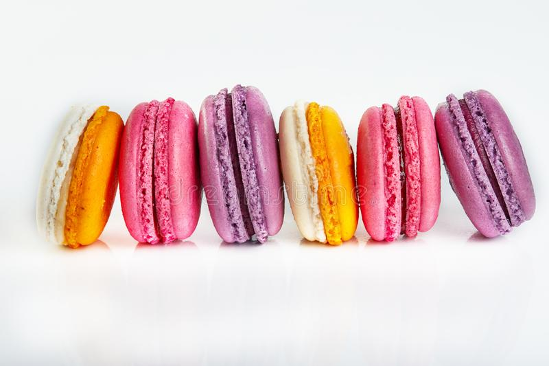 Neue macarons von verschiedenen Farben und von Aromen lokalisiert auf Weiß stockbilder