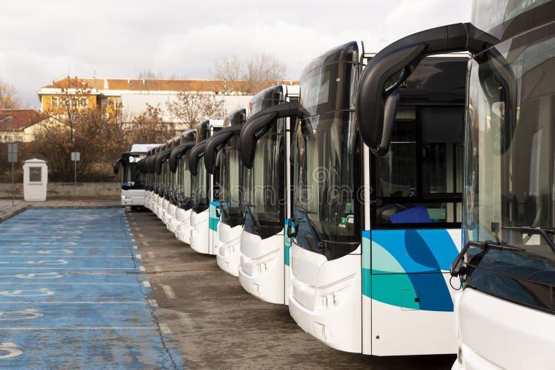 Neue moderne Busse auf LPG lizenzfreie stockfotos
