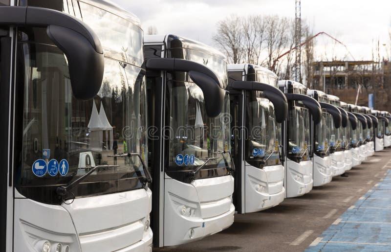Neue moderne Busse auf LPG stockfoto