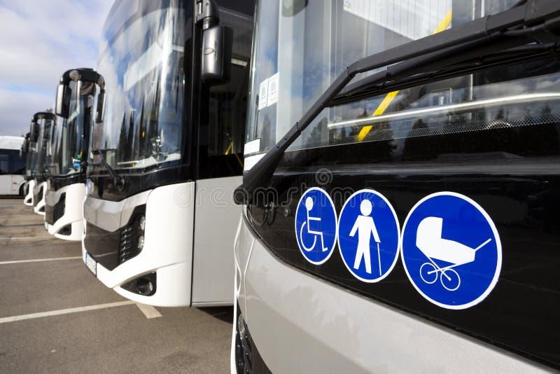 Neue moderne Busse auf LPG stockbild