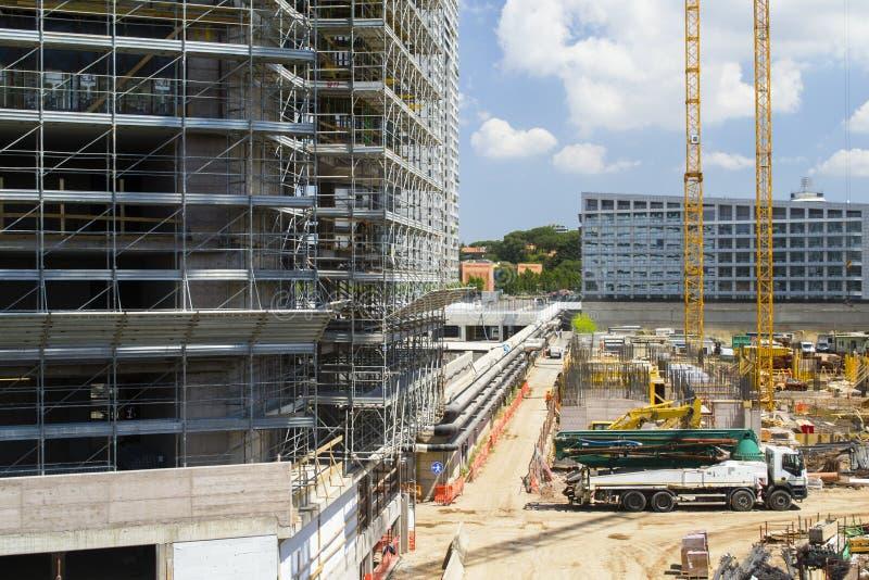 Neue moderne Gebäude und über Bevölkerung stockfoto