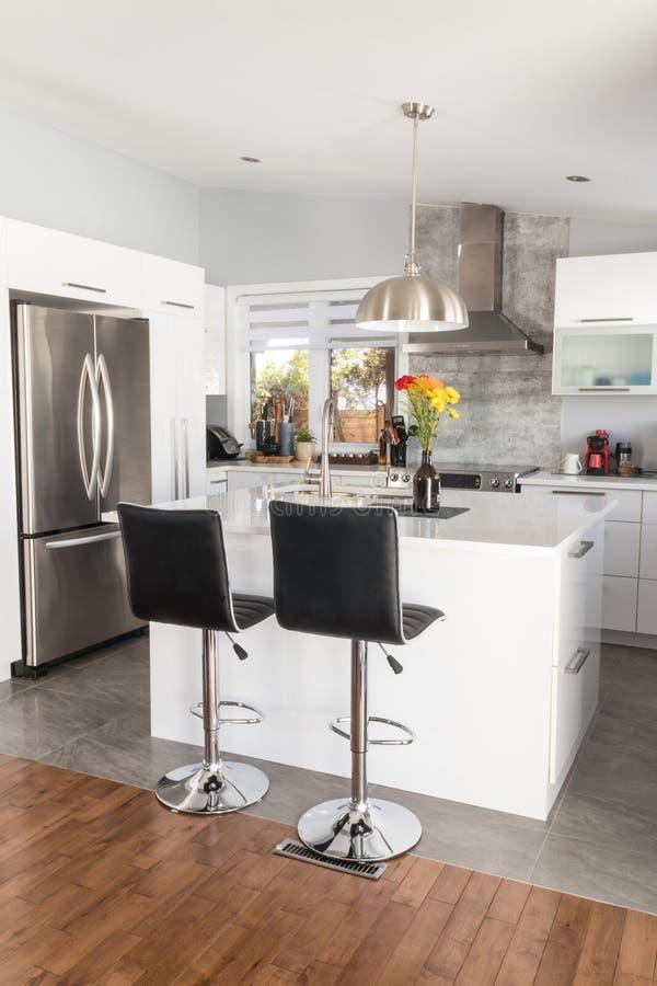 Neue moderne Hauptküche mit Insel stockfoto