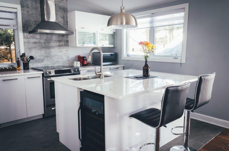 Neue moderne Hauptküche mit Insel stockbild