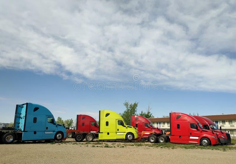 Neue moderne herkömmliche Fahrerhaustraktoren lizenzfreie stockbilder