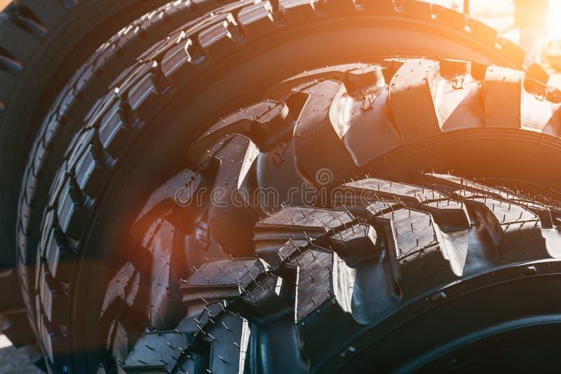 Neue moderne schwarze LKW-Reifenräder im Sonnenlicht stockfoto