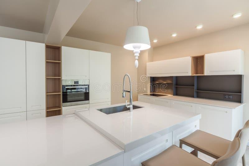 Neue moderne weiße Küche Neues Luxuxhaus Innenphotographie lizenzfreie stockfotografie