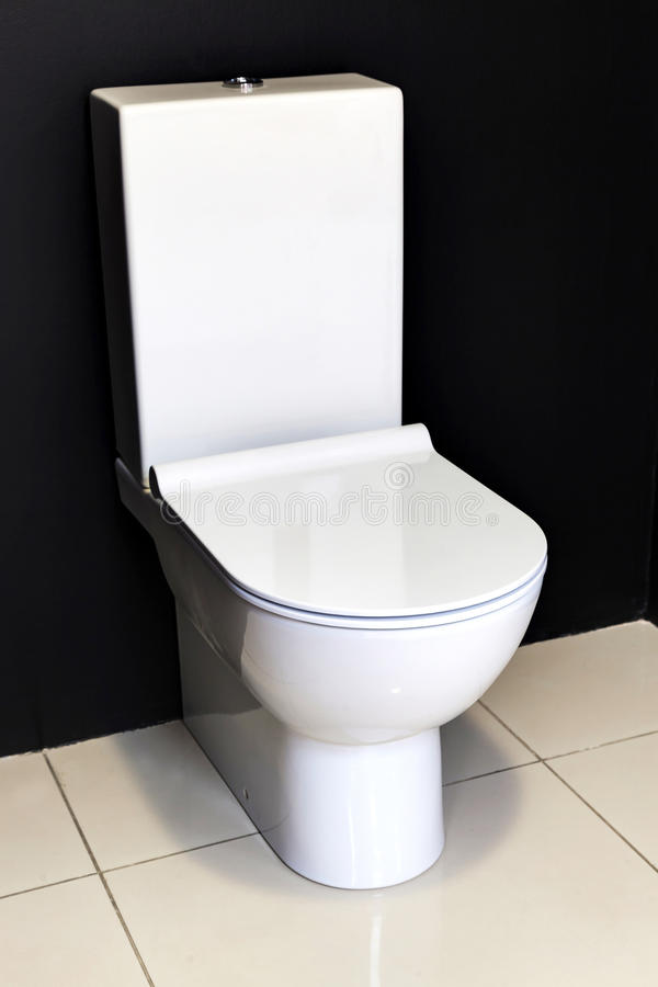 Neue moderne weiße Toilette stockfotografie