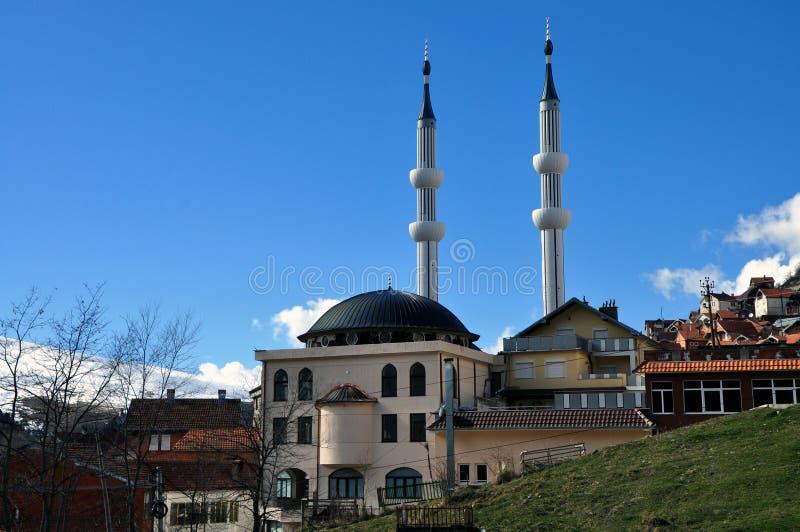 Neue Moschee mit zwei Minaretts in Restelica-Dorf lizenzfreie stockfotografie