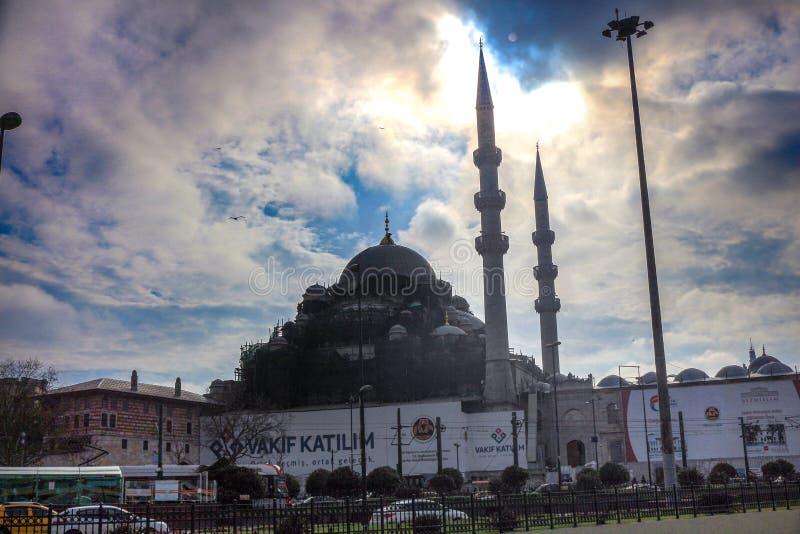 Neue Moschee und Verkehr auf Autobahn Eminonu Istanbul stockfotos
