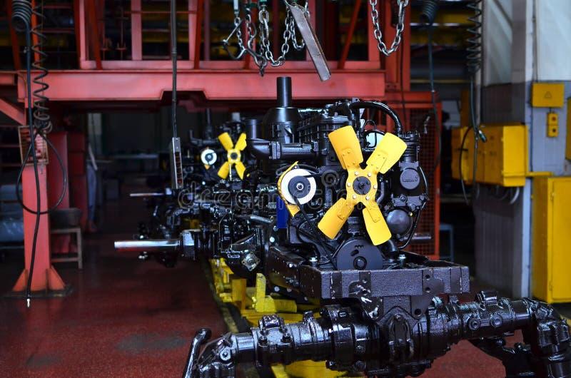 Neue Motoren in der Fertigungsstraße Traktorenfertigung lizenzfreie stockfotos