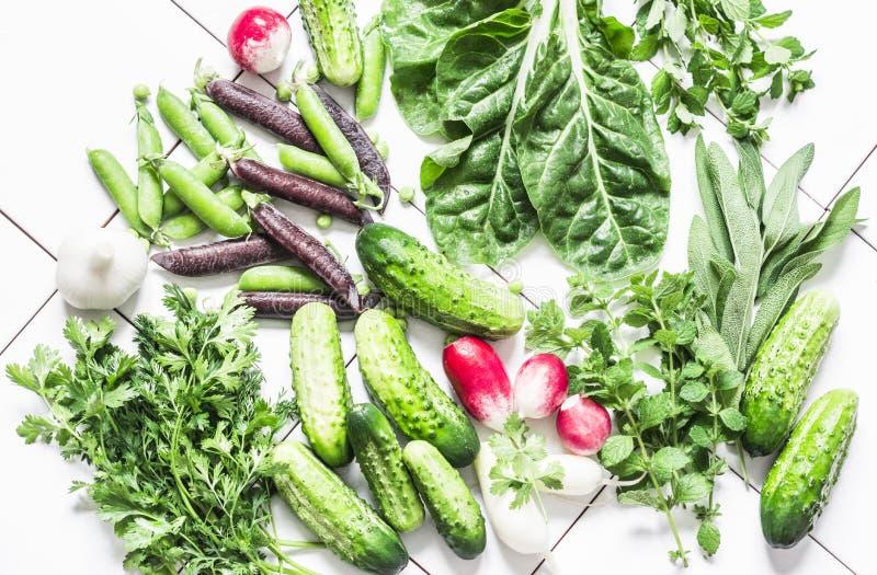 Neue natürliche Bioprodukte - Gemüse, Kräuter auf einem hellen Hintergrund, Draufsicht Flache Lage Gurken, Erbsen, Koriander, Min stockfotos