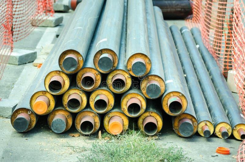 Neue Rohre für die neue Rohrleitung vorbereitet, in Fernwärmenetz in der Stadt installiert zu sein lizenzfreie stockfotos