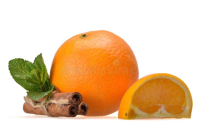 Neue saftige Zusammensetzung der reifen Orange, der tadellosen Blätter, des orange Vierfüßlers und der Zimtstangen stockfotografie