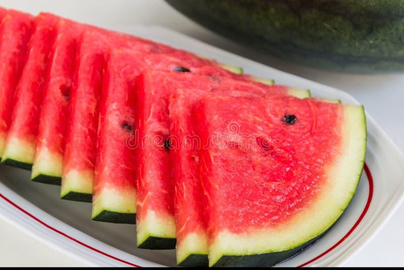Neue Scheiben der reifen süßen Wassermelone. stockbilder