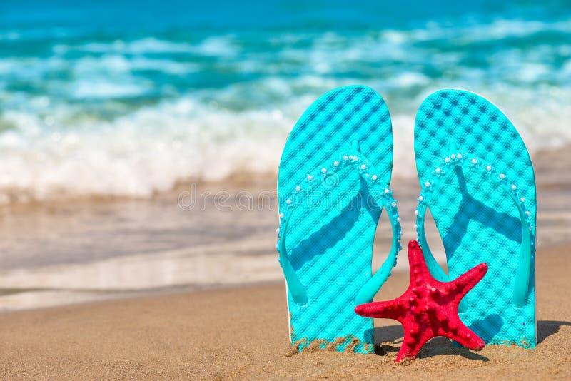 Neue Schiefer fest im Sand stockfotos