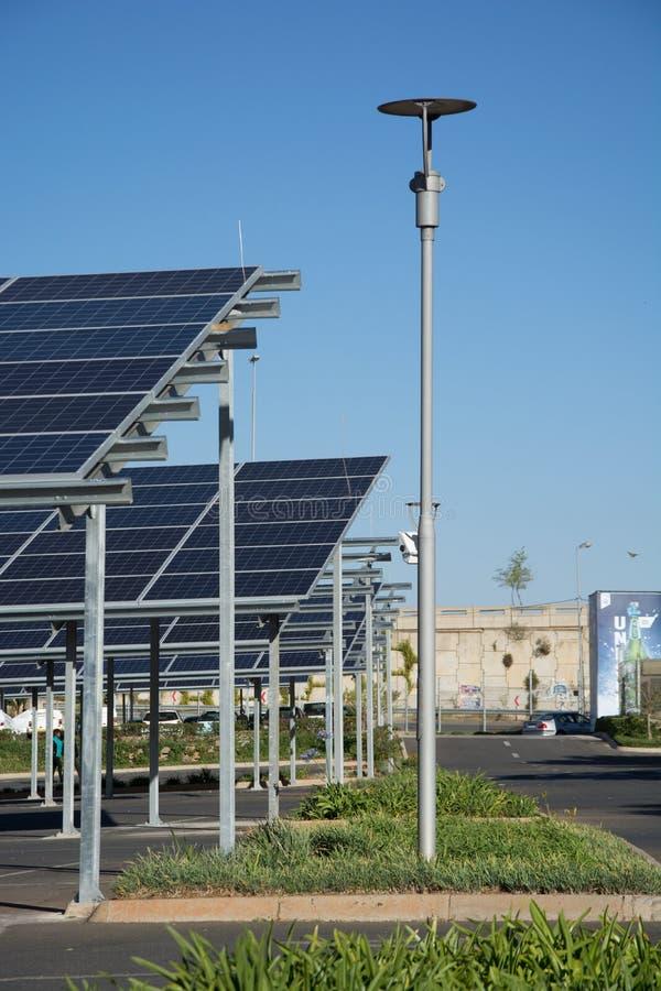 Neue Sonnenkollektorautoparkpl?tze im Parkplatz des Makro-Speichers lizenzfreie stockbilder