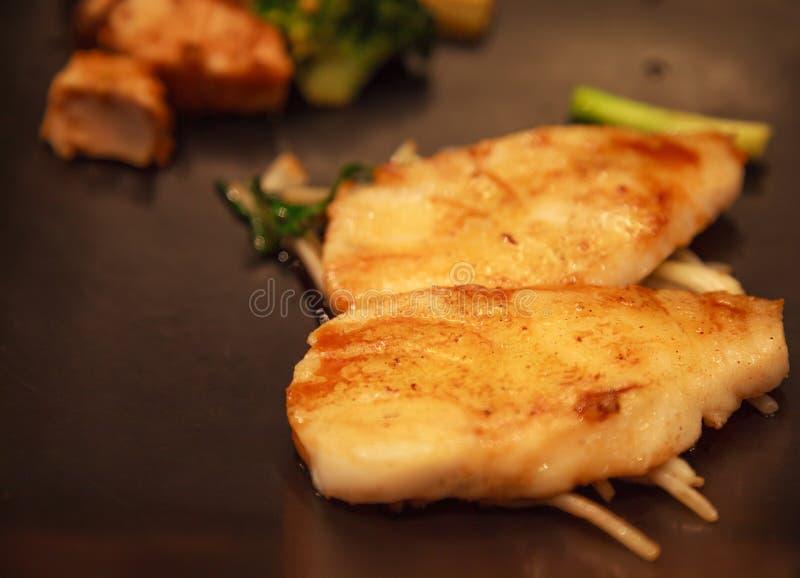 Neue sortierte japanische Küche des Meeresfrüchte-, Schnee-Fisch-, Salmon Fillet- und Gemüse-Teppanyaki-Grills, die Eisenbratpfan stockfotografie