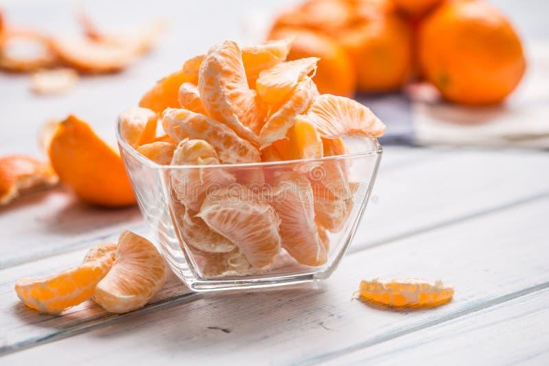 Neue Stücke der Tangerinemandarine auf der Platte oder in einer Schüssel lizenzfreie stockfotografie
