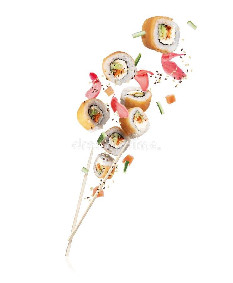 Neue Sushirollen mit den Lachsstücken, lokalisiert auf weißem Hintergrund stockfotografie