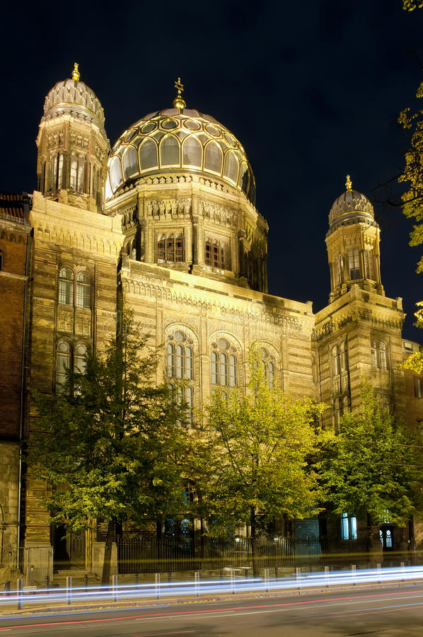 Neue Synagoge in Berlin nachts lizenzfreies stockfoto