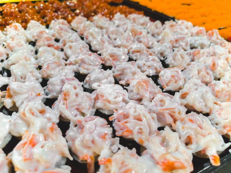 Neue und köstliche sortierte Sushi und Rollen stockfoto