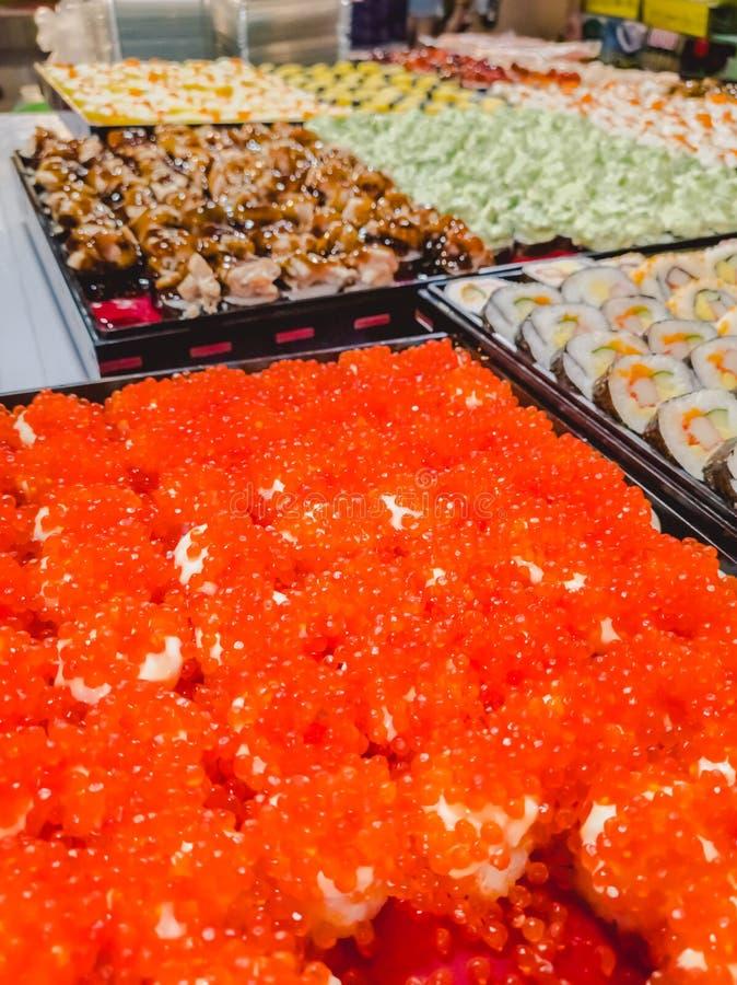 Neue und köstliche sortierte Sushi und Rollen lizenzfreies stockbild