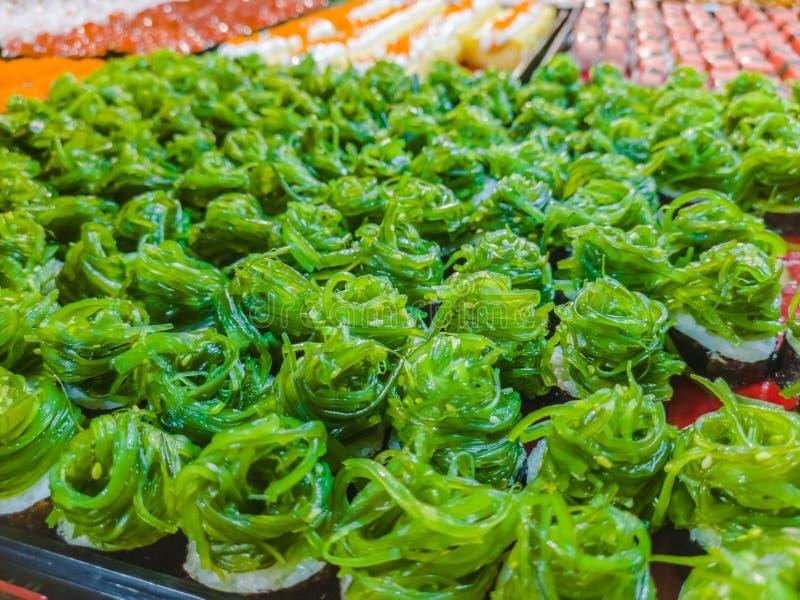 Neue und köstliche sortierte Sushi und Rollen lizenzfreie stockfotografie