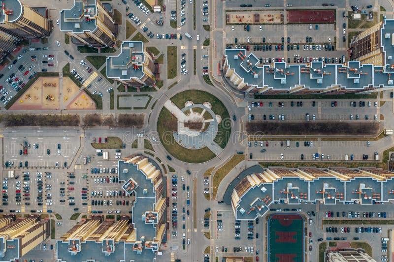 Neue Viertel mit neuen modernen hohen Gebäuden, Straßen und Parkplätzen in Voronezh-Stadt, Vogelperspektive stockfoto