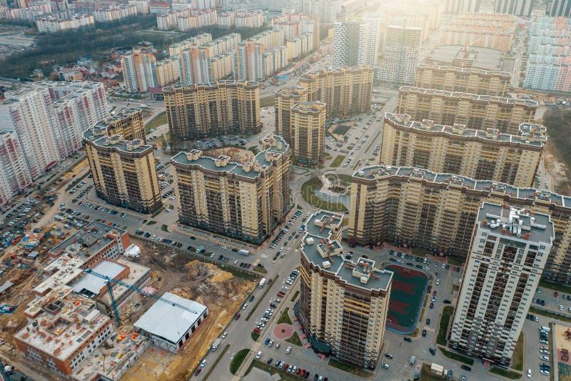 Neue Viertel mit neuen modernen hohen Gebäuden, Straßen und Parkplätzen in Voronezh-Stadt, Vogelperspektive lizenzfreie stockfotografie