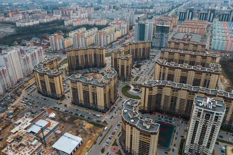 Neue Viertel mit neuen modernen hohen Gebäuden, Straßen und Parkplätzen in Voronezh-Stadt, Vogelperspektive stockbilder