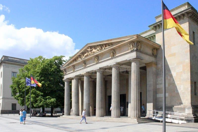 Neue Wache in Berlijn bij dag stock afbeeldingen