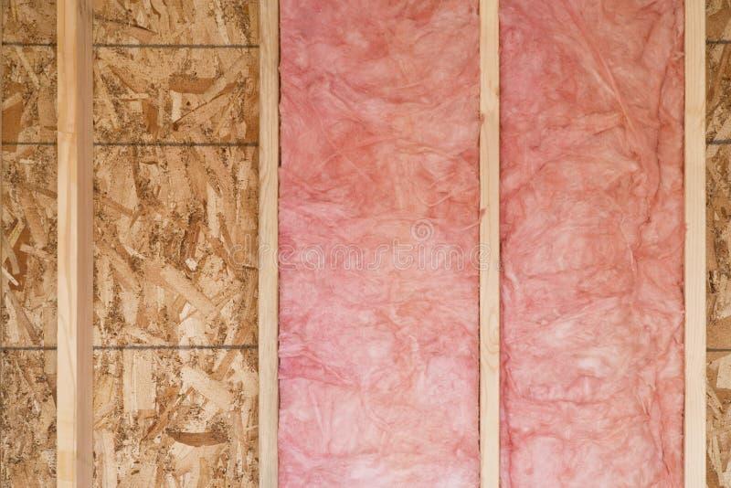 Neue Wand mit Fiberglas-Isolierung stockbild