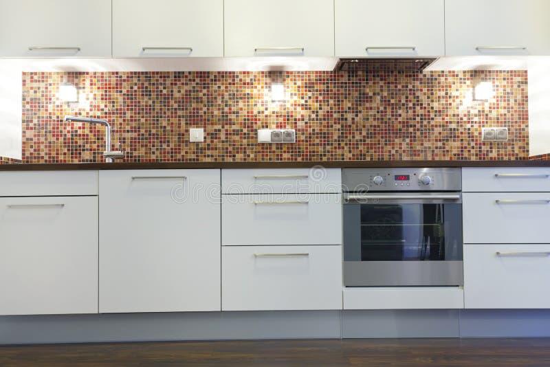 Neue Weiße Küche Mit Rostfreien Geräten, Bunte Mosaikwand Stockfoto ...