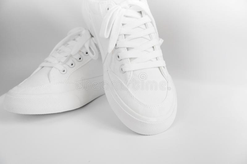 Neue weiße weibliche oder jugendlich Turnschuhe lokalisiert auf weißem Hintergrund Weiße Textilturnschuhe mit Gummisohlen mit geb lizenzfreies stockbild