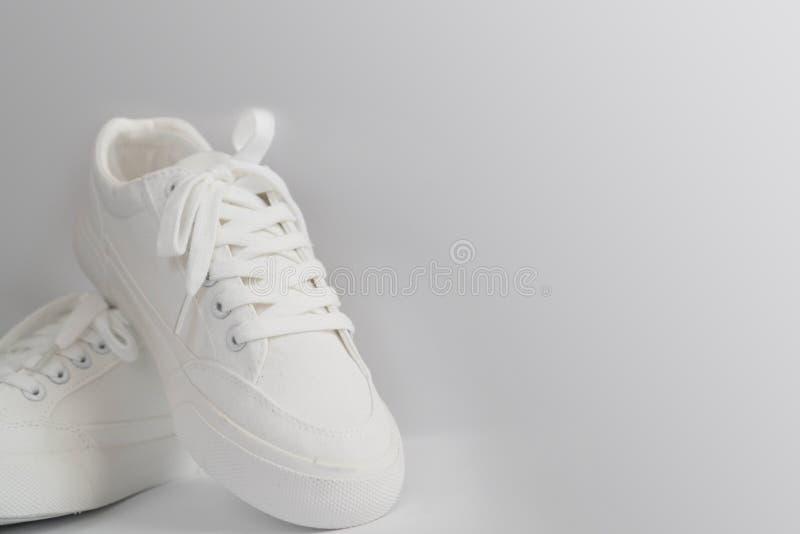 Neue weiße weibliche oder jugendlich Turnschuhe lokalisiert auf weißem Hintergrund Weiße Textilturnschuhe mit Gummisohlen mit geb lizenzfreie stockbilder