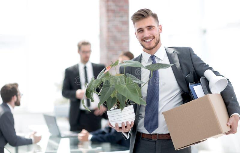 Neuer Angestellter am ersten Tag am Arbeitsplatz stockbild