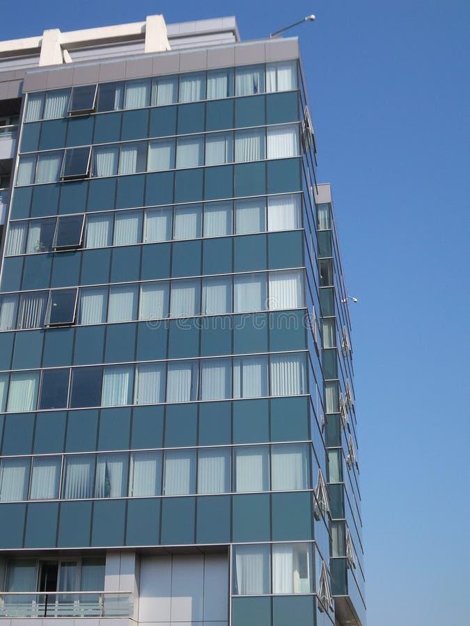 Neuer Bürogebäudeaufstieg in Bukarest stockbild
