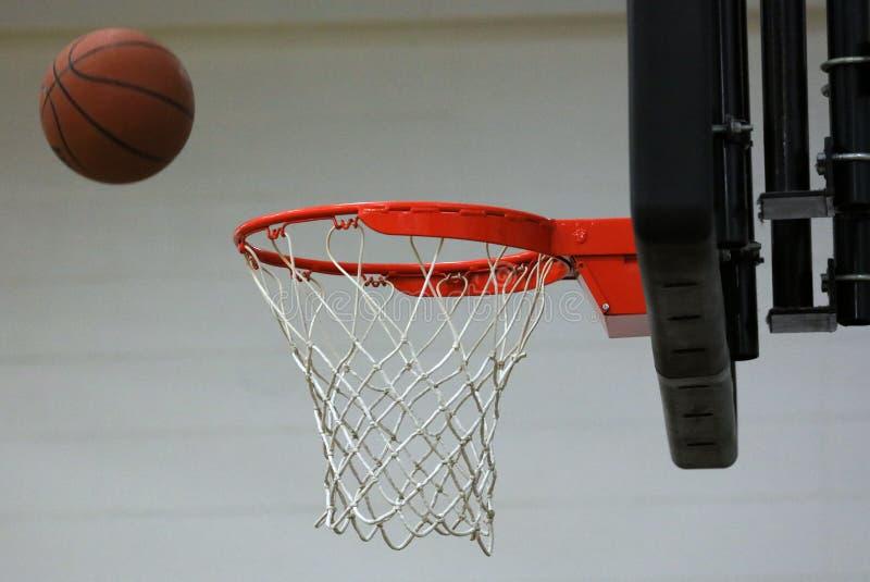 Neuer Basketballkorb im Kindersportzentrum stockbild