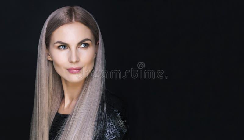 Neuer Blick Purpurrotes Haar Schöne Porträtaufnahme lizenzfreies stockbild