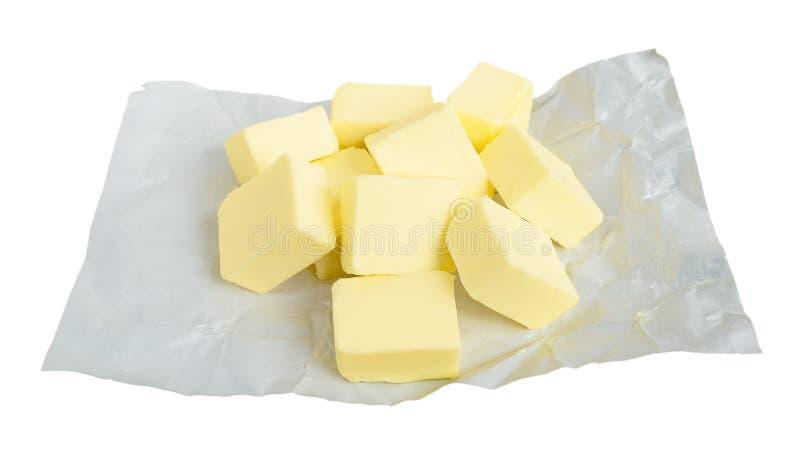 Neuer Butterschnitt in St?cke f?r die Herstellung der So?e oder des Keksteigs St?cke Butter auf dem Wei?buchverpacken Nat?rlicher lizenzfreie stockfotos