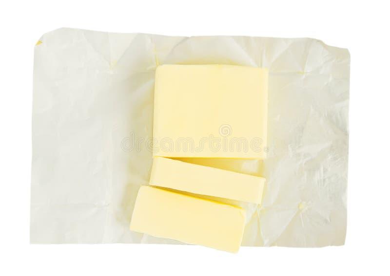 Neuer Butterschnitt in St?cke f?r die Herstellung der So?e oder des Keksteigs St?cke Butter auf dem Wei?buchverpacken Nat?rlicher stockfotografie