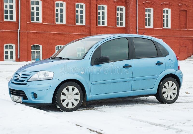 Neuer Citroen C3 parkte in der Winterstraße nahe Haus lizenzfreie stockfotografie