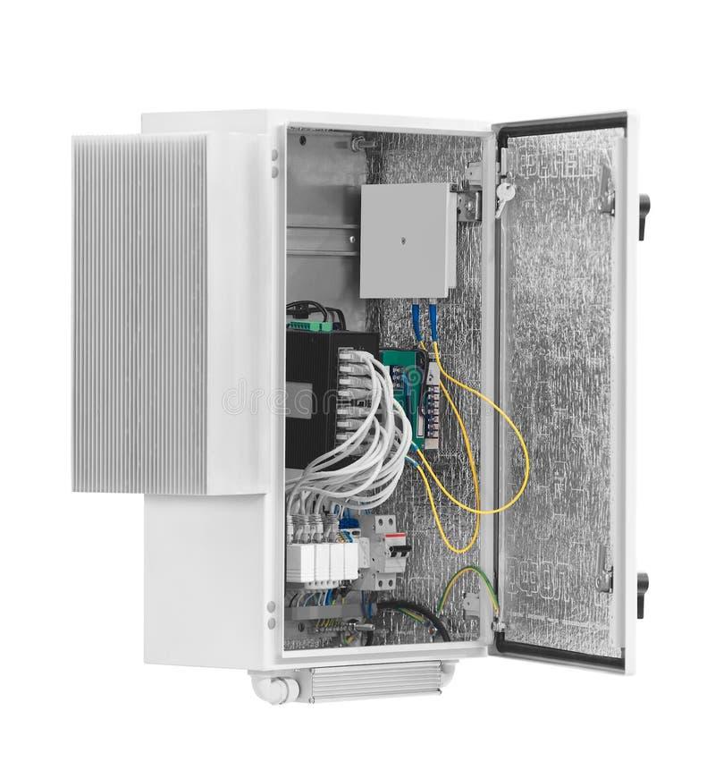 Neuer elektrischer Kasten enthält viele Anschlüsse, Relais, Drähte und Schalter, die auf weißem Hintergrund lokalisiert werden stockfotografie